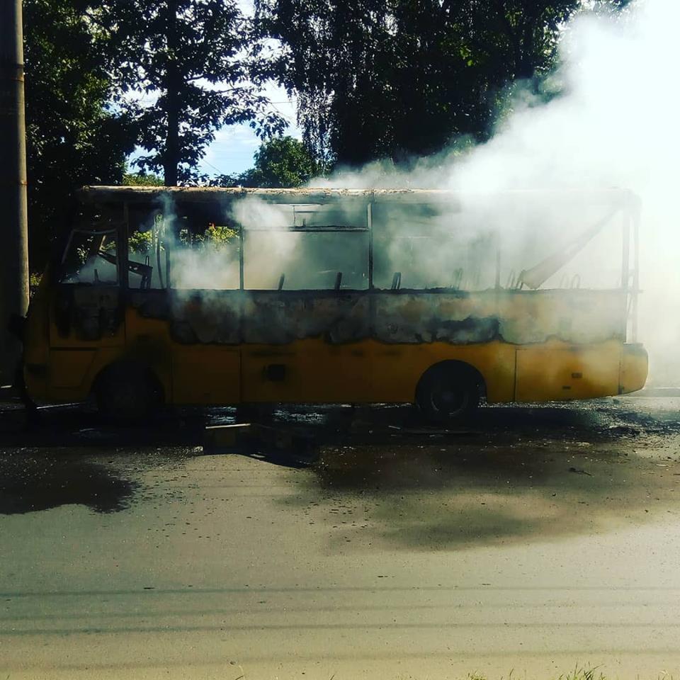 У Чернігові згоріло маршрутне таксі